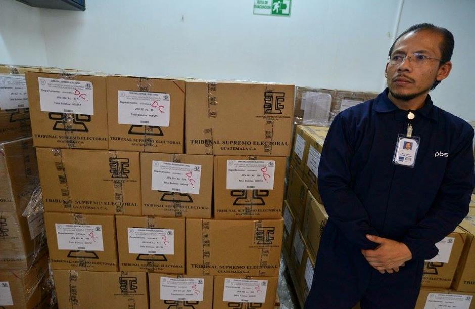 Las papeletas son empacadas y enviadas a la sede del TSE para que luego sean enviadas a los centros de votación. (Foto: Wilder López/Soy502)