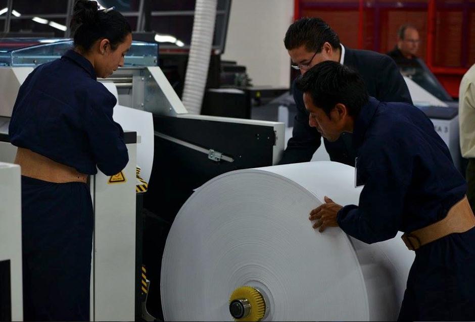 Trabajadores de PBS Guatemala colocan el papel en el que se imprimirán las papeletas electorales (Foto: Wilder López/Soy502)