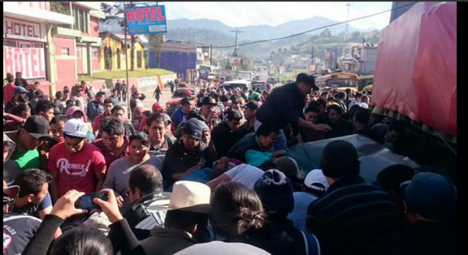 Varias personas que salieron a observar el accidente en la Ruta Interamericana. (Foto: Twitter/@stereo100xela)