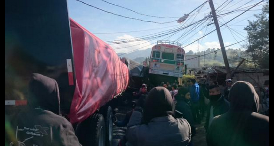 Un bus y un tráiler protagonizaron el accidente que también involucró a varios vehículos particulares. (Foto: Twitter/@stereo100xela)