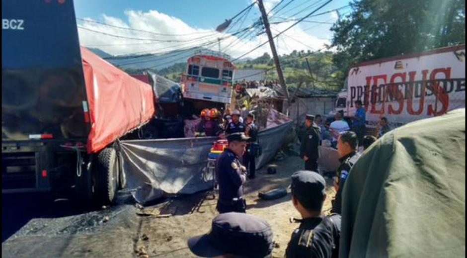 La Policía Nacional Civil (PNC) llegó al lugar para atender a las personas afectadas. (Foto: Twitter/@stereo100xela)
