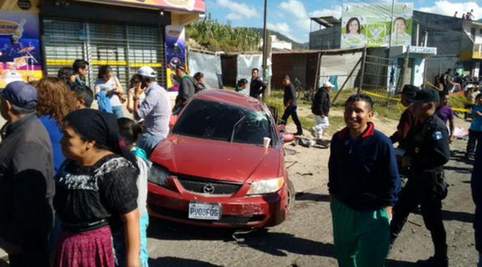 Los curiosos llegaron al lugar del accidente en la Ruta Interamericana. (Foto: Twitter/@stereo100xela)
