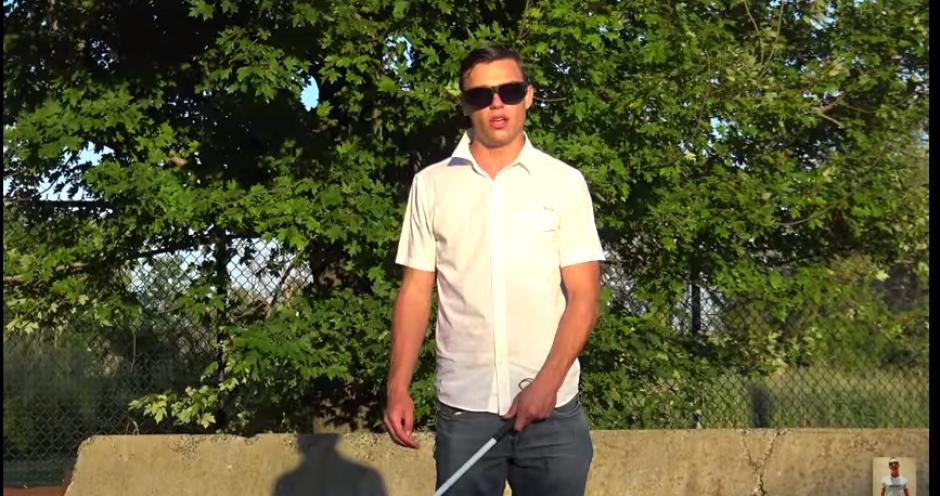 Dennis Cee quiso probar a muchas personas para saber si se aprovechan de las personas con dificultades físicas. (Captura YouTube)