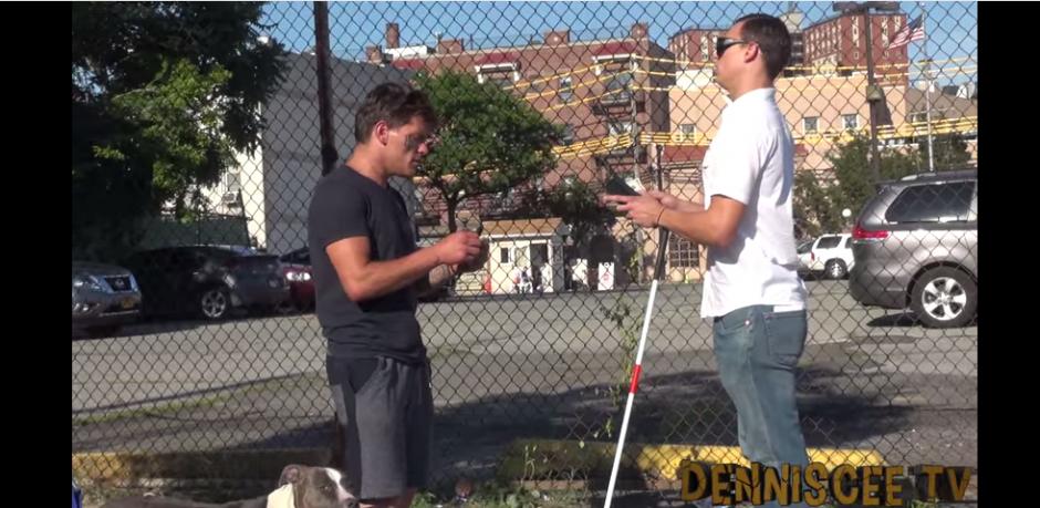 Dennis se encuentra con un hombre a quien pide que le haga cambio de un billete de 10 dólares por dos de cinco.(Captura: YouTube)