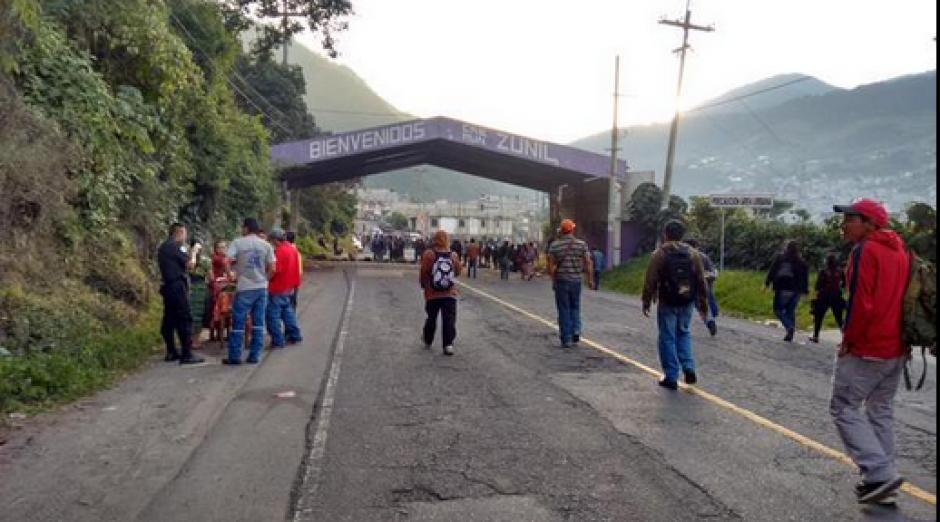 En Zunil se reporta que el bloqueo continúa. (Foto: DTransitoPNC)