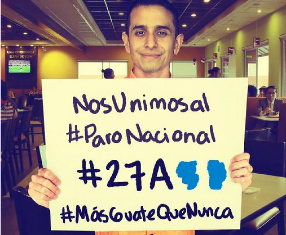Varios guatemaltecos desde sus lugares de trabajo se unieron al #Paro27A. (Foto: Twitter)