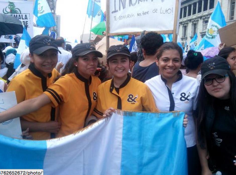 Otros trabajadores que si llegaron a la Plaza publicaron en sus redes el momento en que protestaban por el país. (Foto: Twitter)