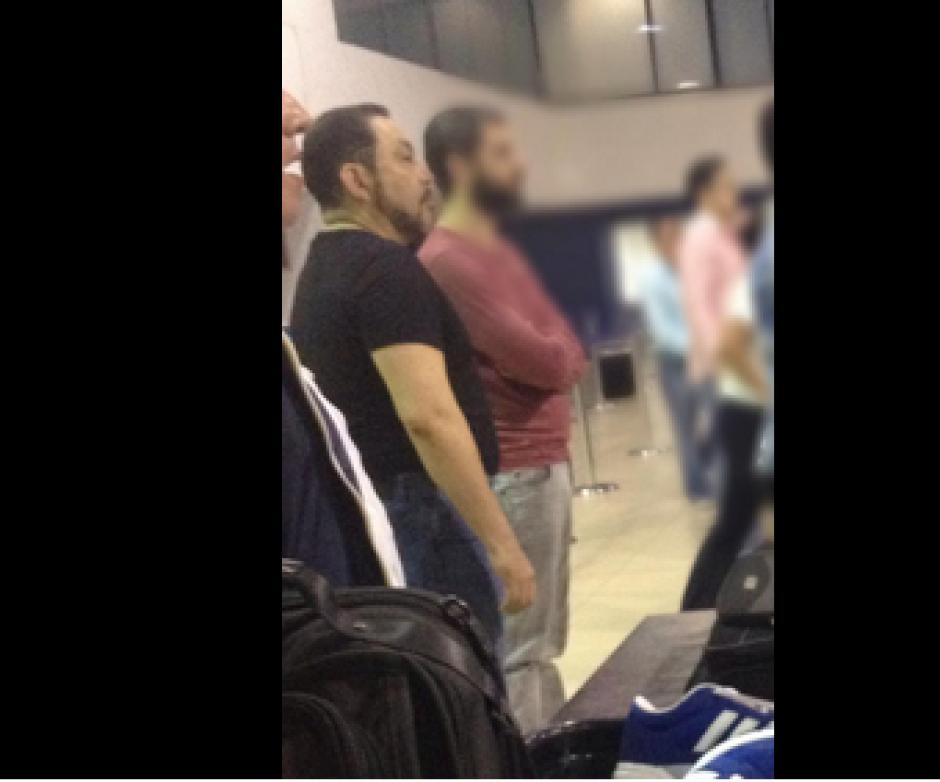 Usuarios de la red social Twitter compartieron las imágenes de Mauricio López Bonilla mientras esperaba ingresar al avión. (Foto: Twitter/@VerodeTanchez)
