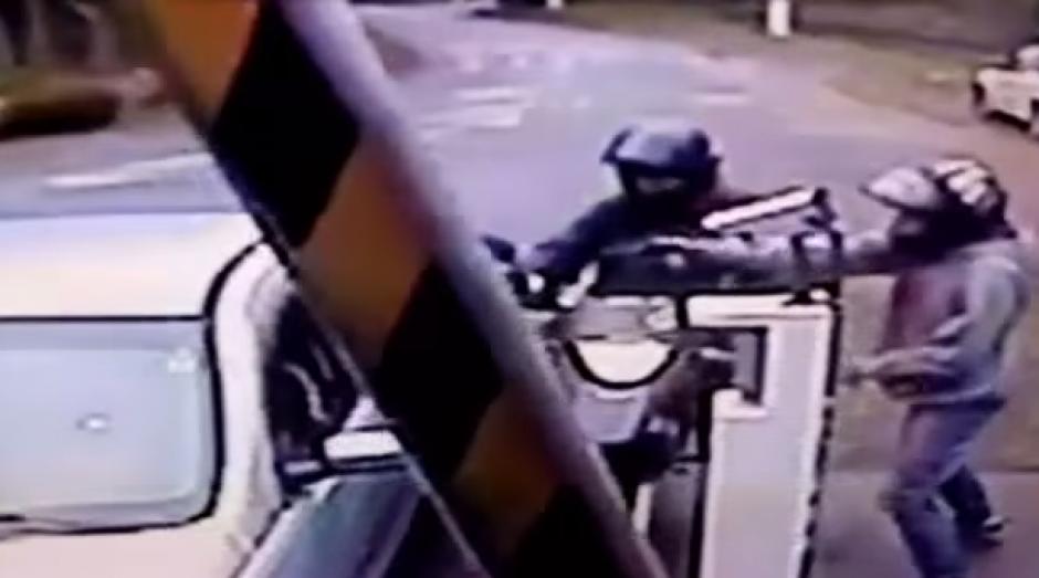 Un policía que se encontraba de descanso, frustró el robo de su automóvil y mató a uno de los asaltantes