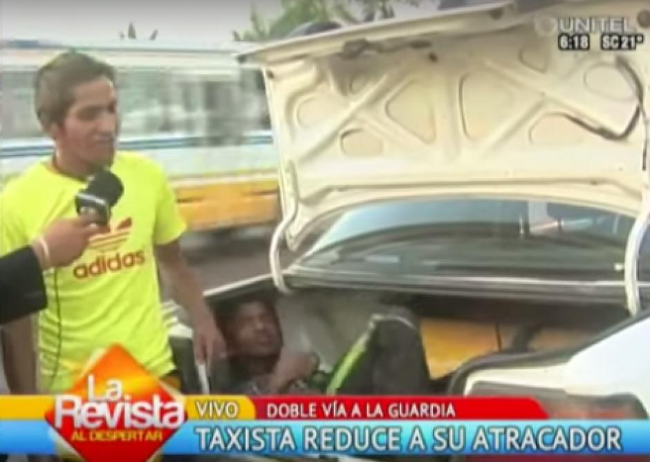 Un taxista hizo justicia por su propia mano y amarró a un ladrón para presentarlo ante un noticiero
