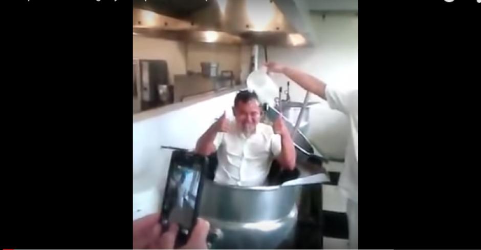 Se baña en olla  de cocina en el IMSS foto