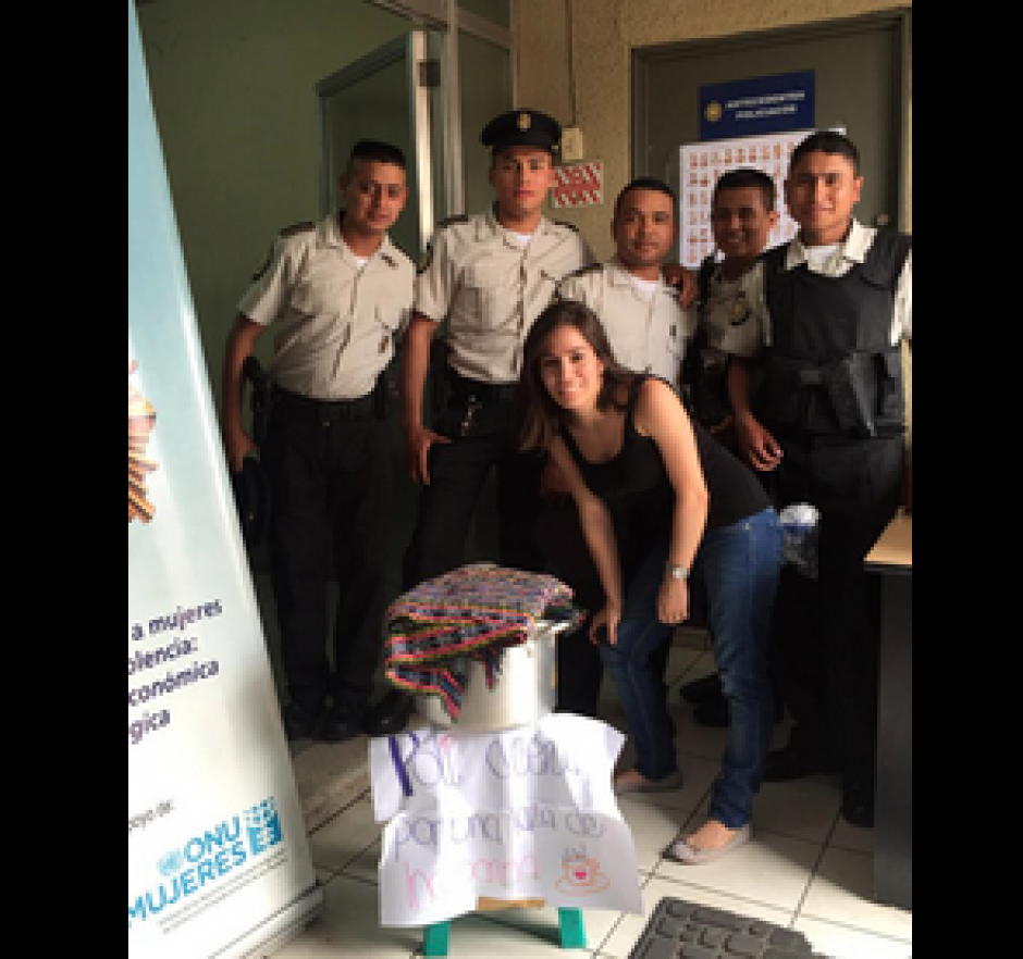 Los guatemaltecos se sumaron a la campaña #ComidaParaElPoli para alimentar a los elementos de la PNC. (Foto: Twitter/@stephanianc)