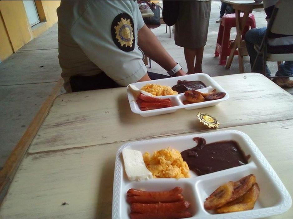 Los policías pudieron tener de al menos un tiempo de comida digno luego de que Gobernación no les otorgara raciones frías a todos. (Foto: Twitter/@An0nimousGT)