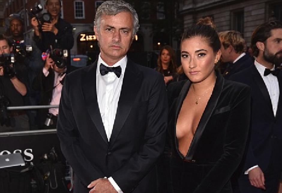 José Mourinho y su hija Matilde, quien se robó la atención de todos por su atrevido escote. (Foto: dailymail.co.uk)