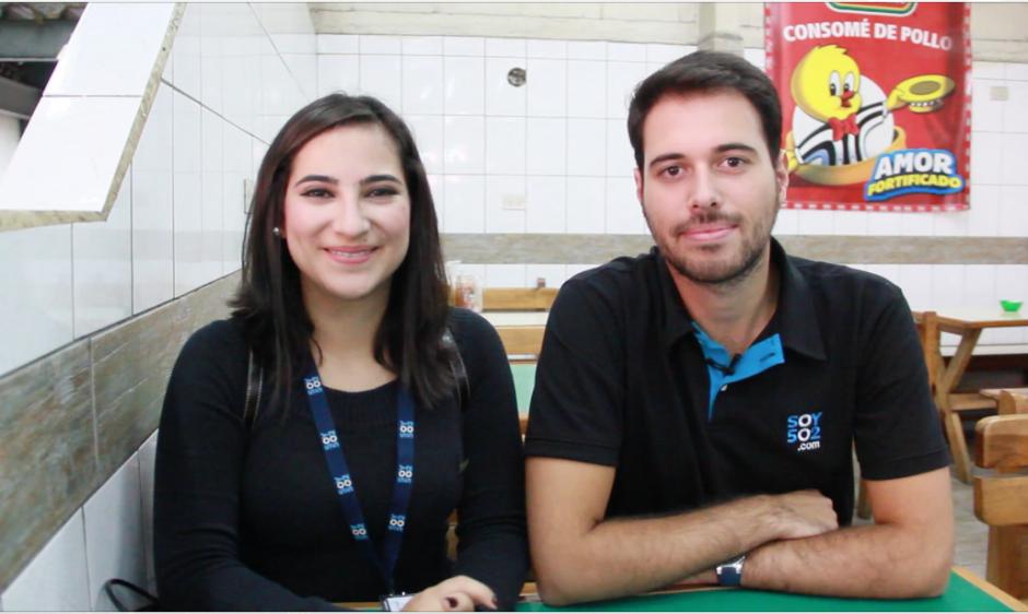 La periodista Gabriela Girón llevó a nuestro compañero Roberto Caubilla, originario de España, a dar un tour por el Mercado Central para degustar cinco platillos tradicionales de Guatemala. (Foto: Fredy Hernández/Soy502)