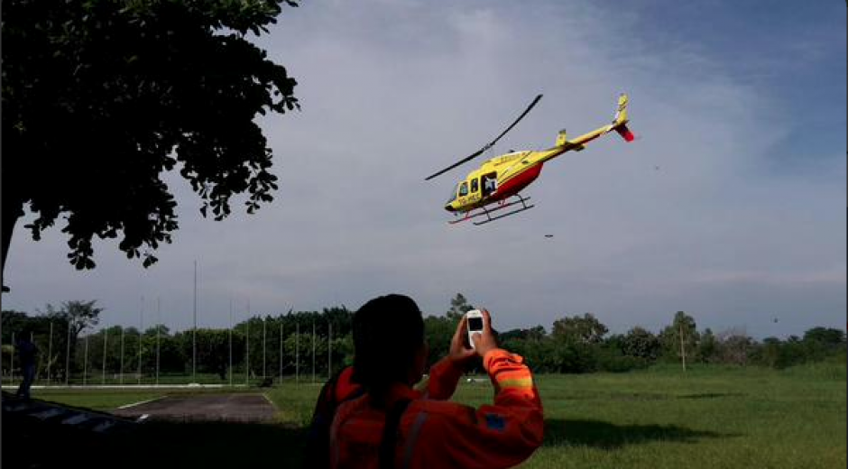 El equipo de búsqueda trasladó a tierra a la ciudadana alemana que fue recibida por miembros de su familia. (Foto: Bomberos Departamentales)
