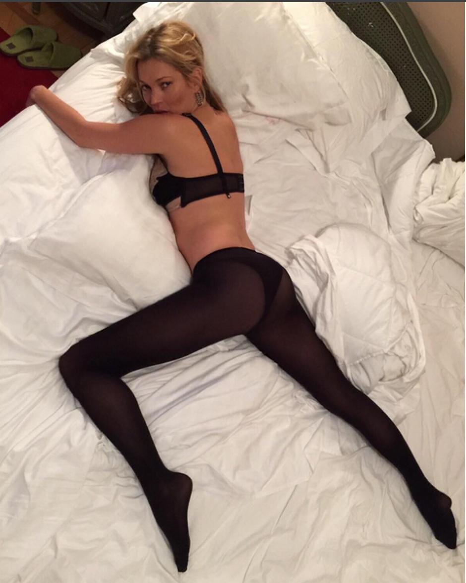 Kate Moss tampoco se quedó atrás y posó sexi para Cara Delevingne, ya que ambas comparten habitación en Milán.