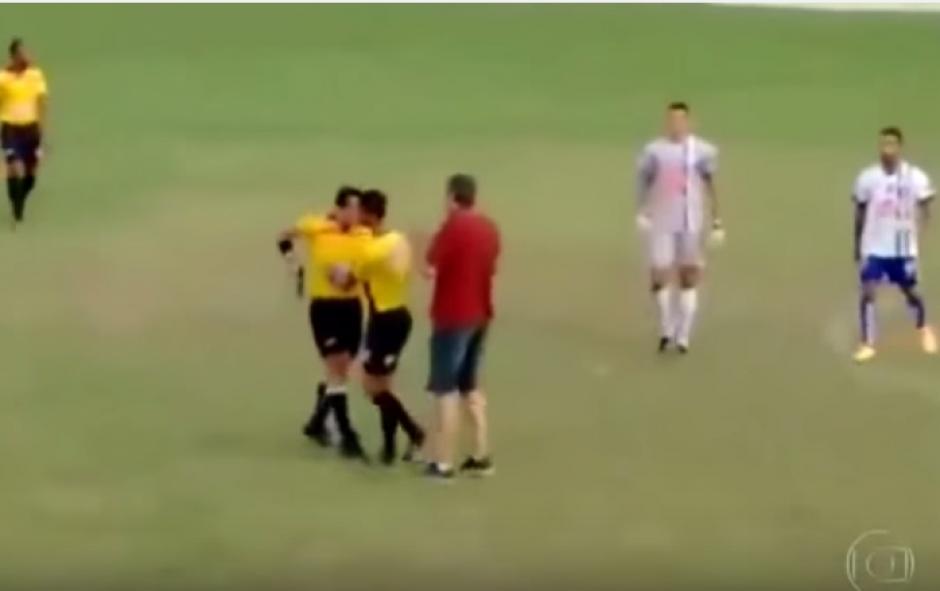 Un árbitro de una liga regional en Brasil amenazó a un jugador con un arma de fuego