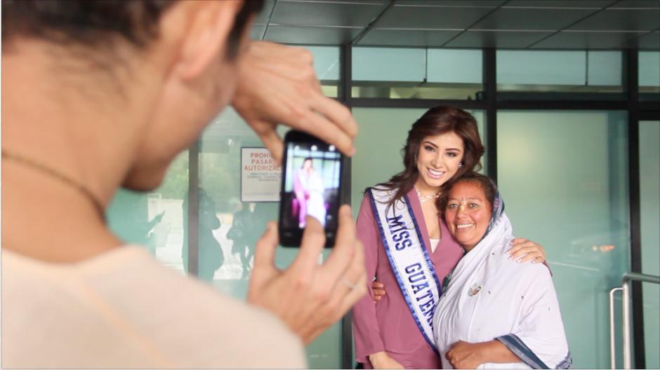 Algunas personas aprovecharon para tomarse algunas fotografías con Miss Guatemala Universo.(Foto: Fredy Hernández/Soy502)