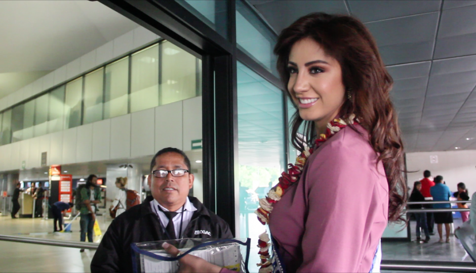 Antes de entrar a la terminal aérea, revisó si no le faltaba algún documento importante. (Foto: Fredy Hernández/Soy502)