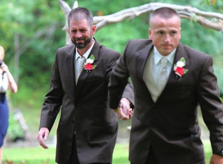 El padre de la novia no se olvidó del padrastro de su hija y le pidió que los acompañara en el altar. (Foto: Facebook Delia Blackburn)