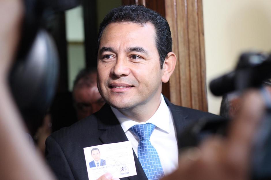 Jimmy Morales muestra la credencial como candidato a la presidencia de la República. (Foto: Archivo/Soy502)