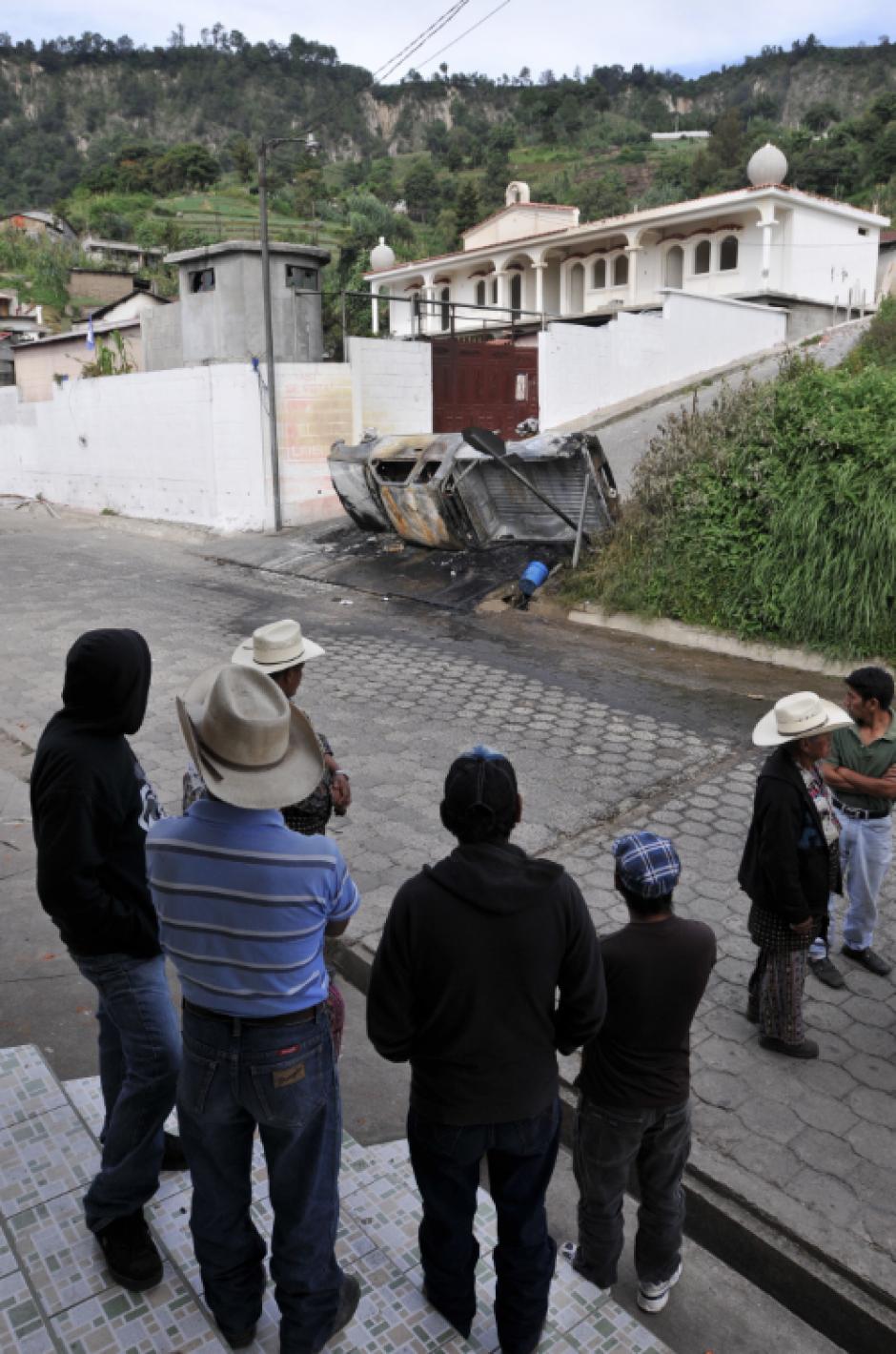 Pobladores observan el vehículo que fue incendiado en Concepción, Sololá, este lunes se vive una tensa calma en el lugar. (Foto: Alan Lima/Nuestro Diario)