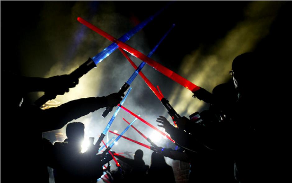 Espadas láser fueron distribuídas entre los asistentes al evento. (Foto: emol.com)