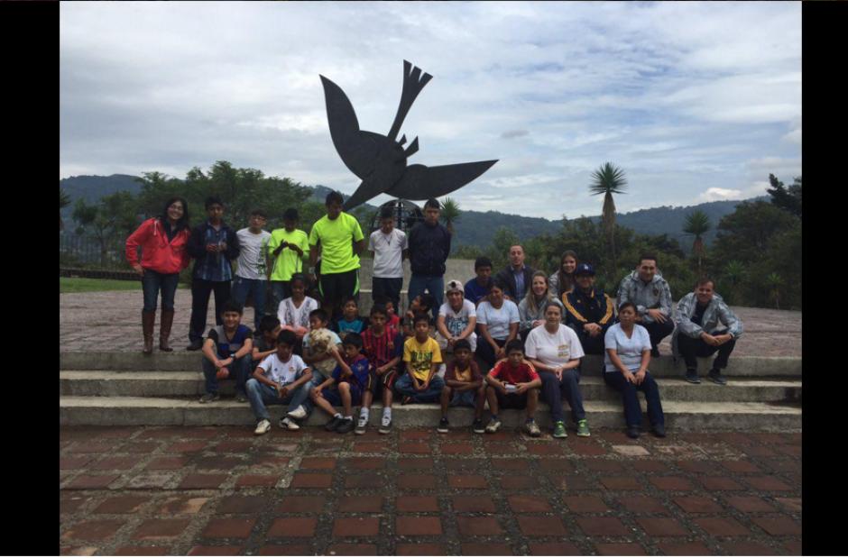 Representantes del equipo angelino y el Hospicio San José se encontraron para unirse en el apayo a la niñez guatemalteca. (Foto: Twitter Dario Soto)