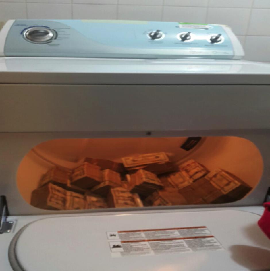 En uno de los dos inmuebles allanados, se encontró una gran cantidad de dólares escondidos en el interior de una secadora de ropa. (Foto: MP)