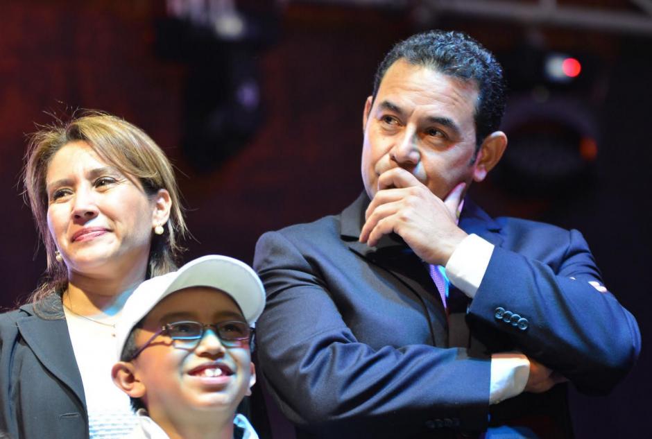 Jimmy Morales escucha las palabras que le felicitan por convertirse en el nuevo Presidente electo. A su lado, su esposa. (Foto: Jesús Alfonso/Soy502)