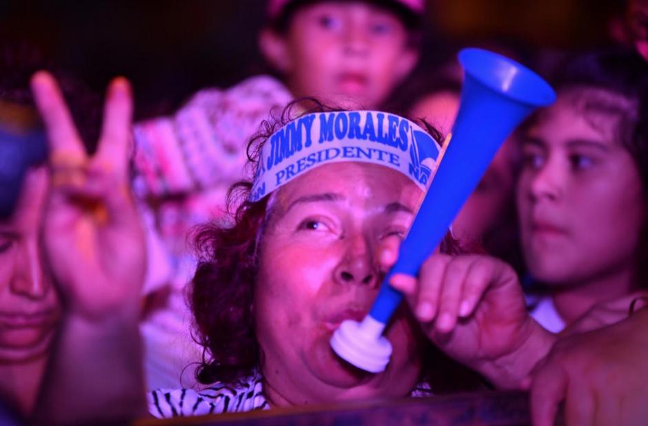 Decenas de personas acudieron a la celebración y debieron esperar durante varias horas para escuchar a Jimmy Morales. (Foto: Jesús Alfonso/Soy502)