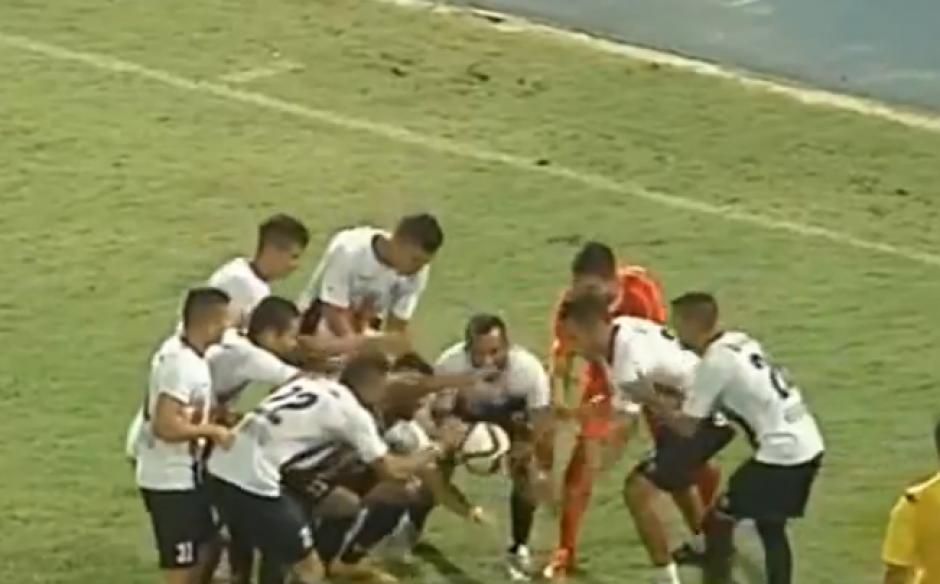 El acto de magia del futbolista venezolano fue grabado en video y recorre el mundo