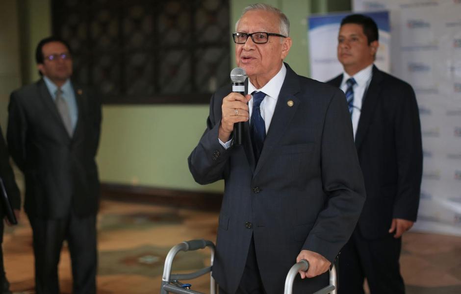 Presidente Maldonado apareció hoy sin silla de ruedas, pero aún apoyado de un caminador. (Foto: Presidencia)