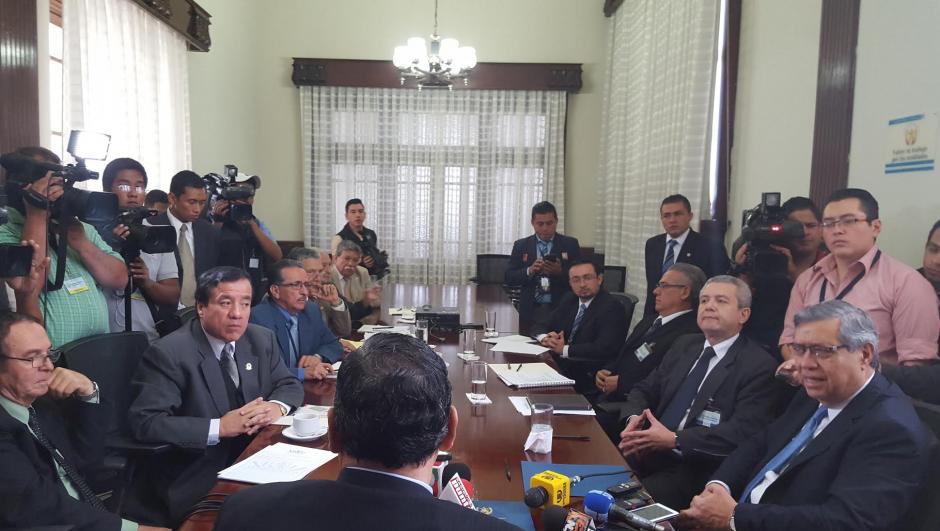 El vicepresidente Fuentes Soria dirigió la primera reunión de transición. (Foto: Soy502)