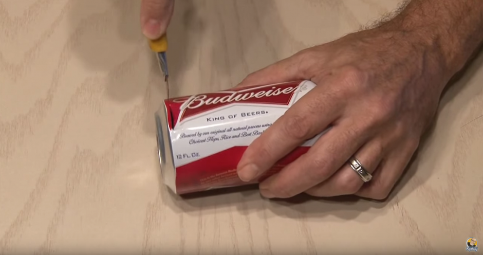 Es necesario cortar la parte trasera de la lata.(Foto: YouTube)