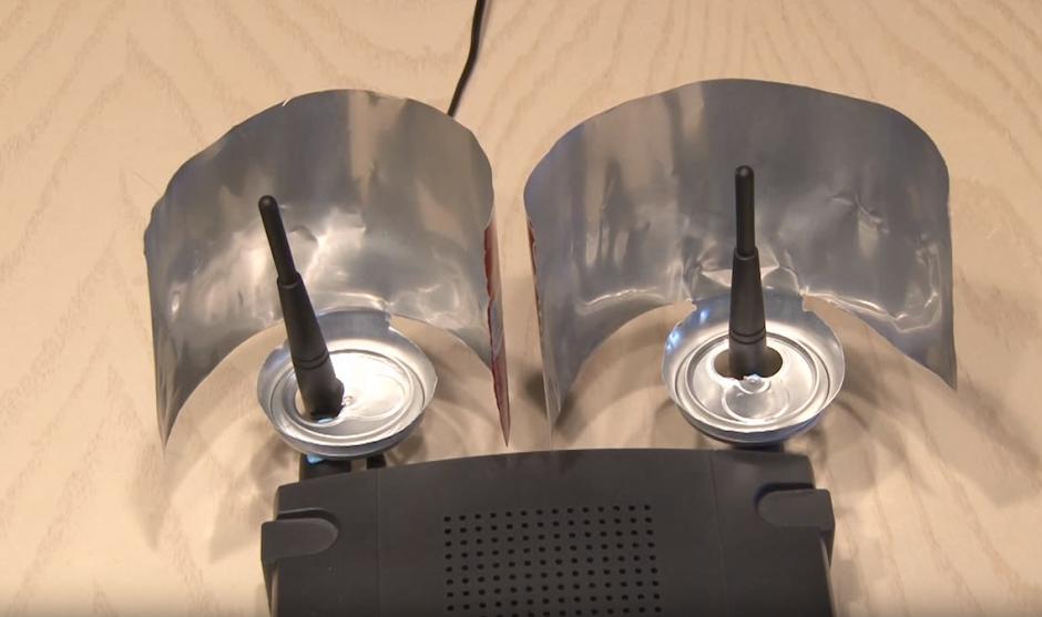 Colocar una lata modificada en cada una de las antenas del router.(Foto: YouTube)