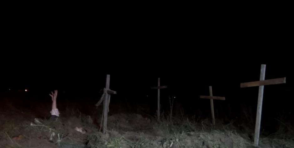 """Los """"muertos vivientes"""" surgen de la tierra.(Foto: YouTube)"""