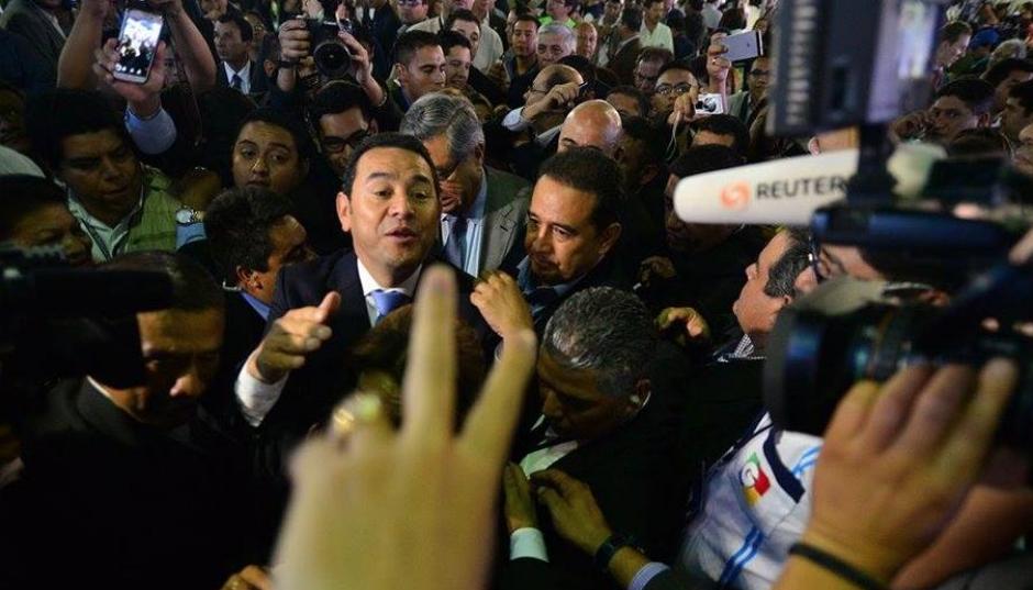 A su llegada al Centro Nacional de Información la noche del domingo, decenas de periodistas entrevistaron al presidente electo. (Foto: Archivo/Soy502)