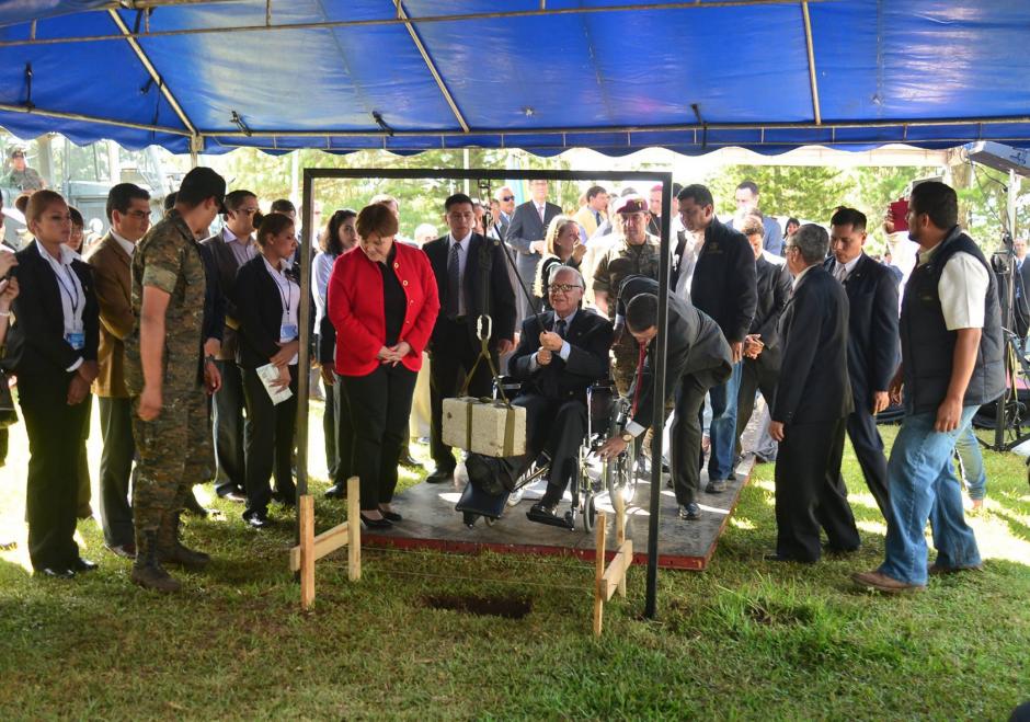 El presidente Maldonado, aún en silla de ruedas, colocó la primera piedra de la construcción de El Nuevo Cambray. (Foto: Jesús Alfonso/Soy502)