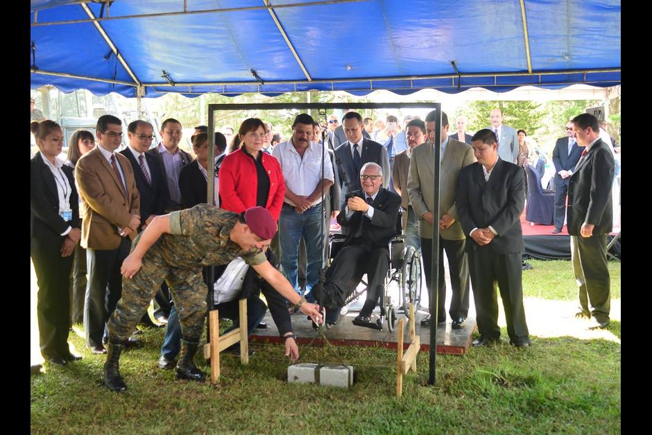 Colocó la primera piedra junto a los ministros comprometidos. (Foto: Archivo/Soy502)