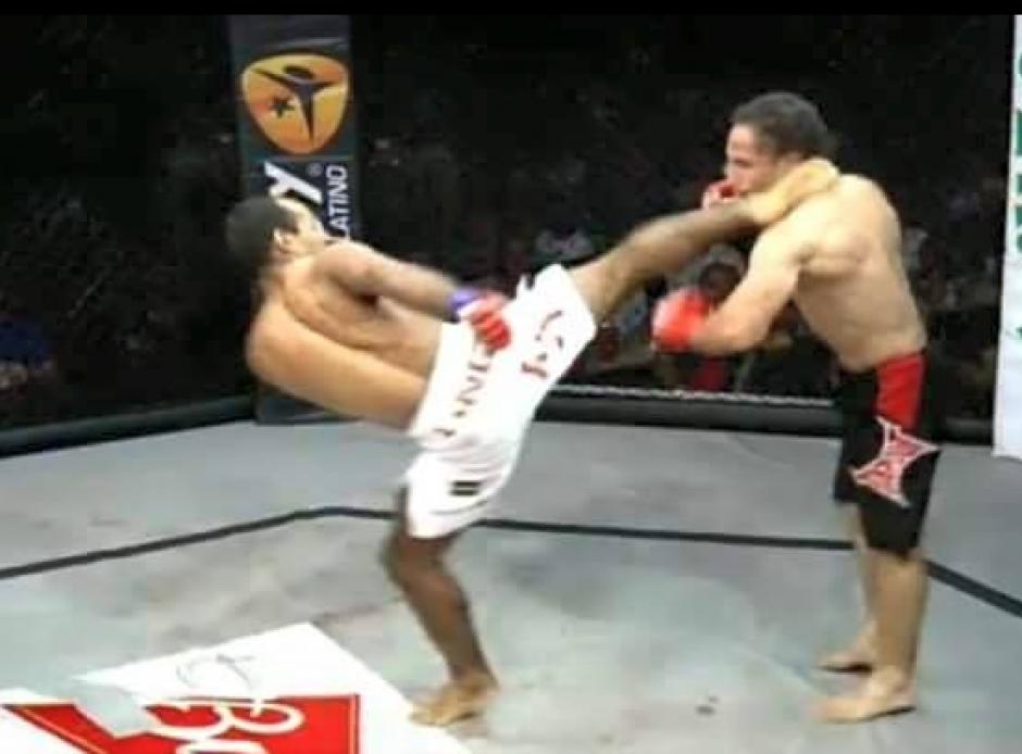 El momento estelar de la pelea, la patada de Erick Urbina. (Foto: Facebook de Erik Urbina)