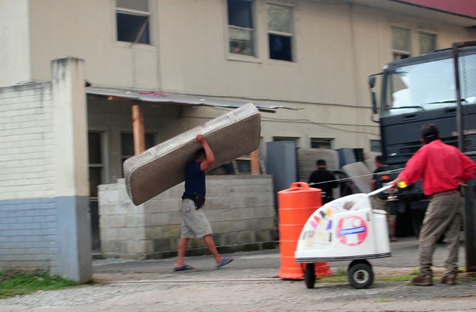 Los agentes de PNC tuvieron que sacar esta tarde camas y muebles de la Subestación. (Foto: Alejandro Balán/Soy502)