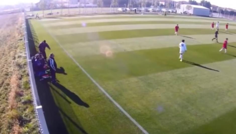 Un entrenador rumano fue captado golpeando a uno de sus jugadores, quien es menor de edad