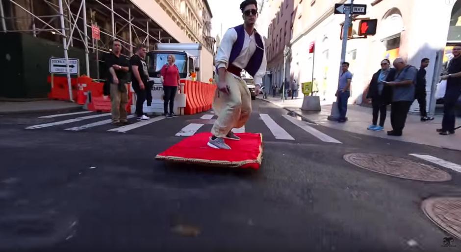 Una patineta decorada con tela roja y bordes dorados es el accesorio de Aladino. (Imagen: YouTube)