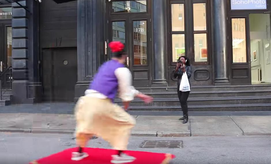 Las personas que miraban pasar a Aladino le tomaban fotografías. (Imagen: YouTube)