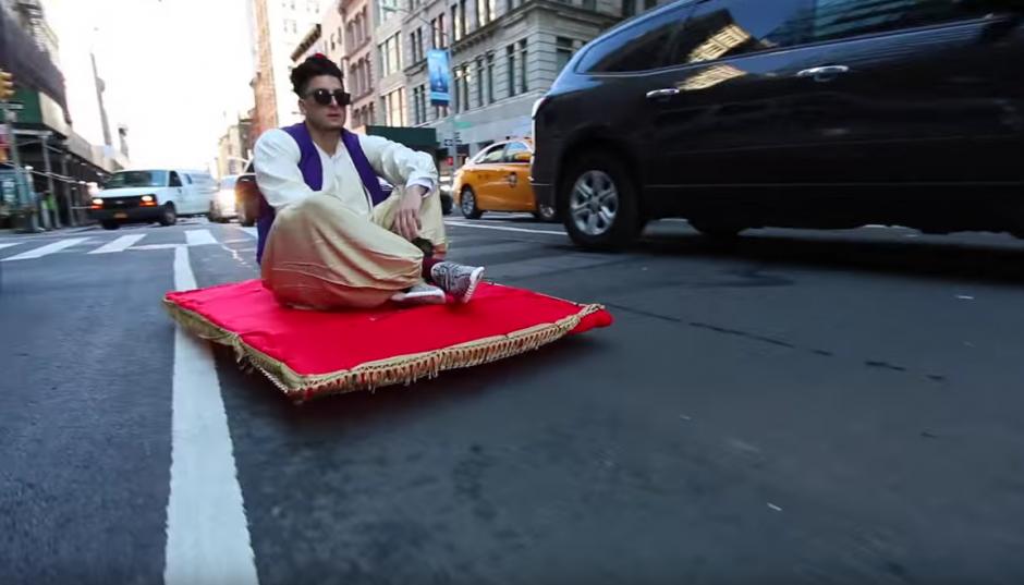 Aladino prueba sus trucos de magia en Manhattan. (Imagen: YouTube)