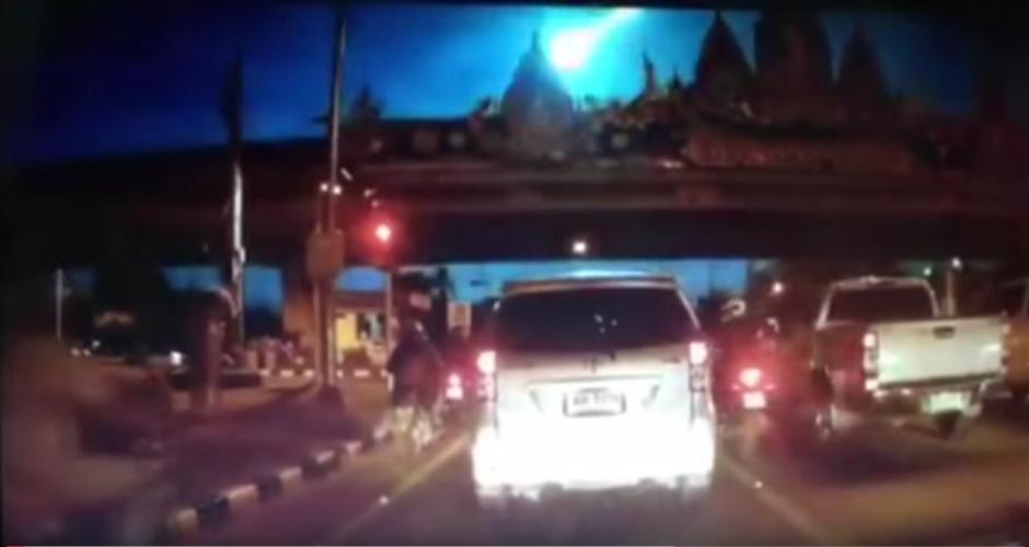 Los conductores de Tailandia fueron sorprendidos por una bola de fuego que cruzó el cielo.(Imagen: YouTube)