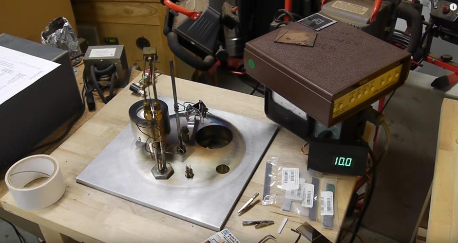 Dos cepillos del mismo modelo son analizados con un microscopio. (Foto: YouTube)