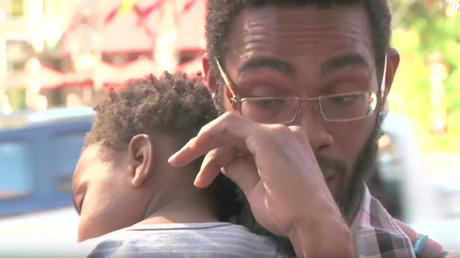 James Moss no puede contener las lágrimas, mientras sostiene a su hijo en brazos.(Imagen. YouTube)